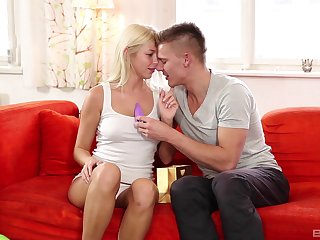 Lovely oral foreplay leads the spoiled blonde to fuck hither insane modes