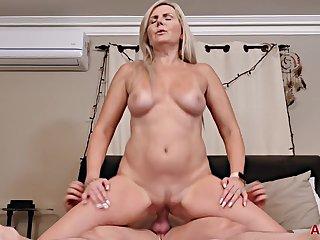 Velvet Skye hot GILF porn video