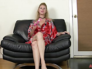 Lacy F is a 49 year old toying her Pussy