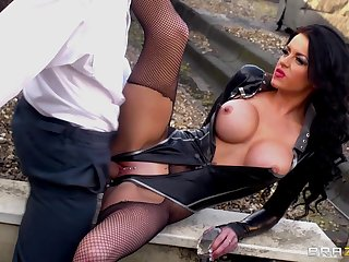 Hardcore outdoors fucking between a horny dude and Stacey Lacey