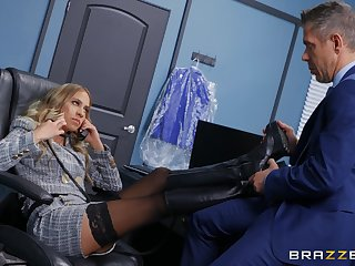 Office MILF gets presage nearby a horny business girl Friday